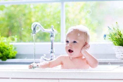 How to bathe a newborn baby